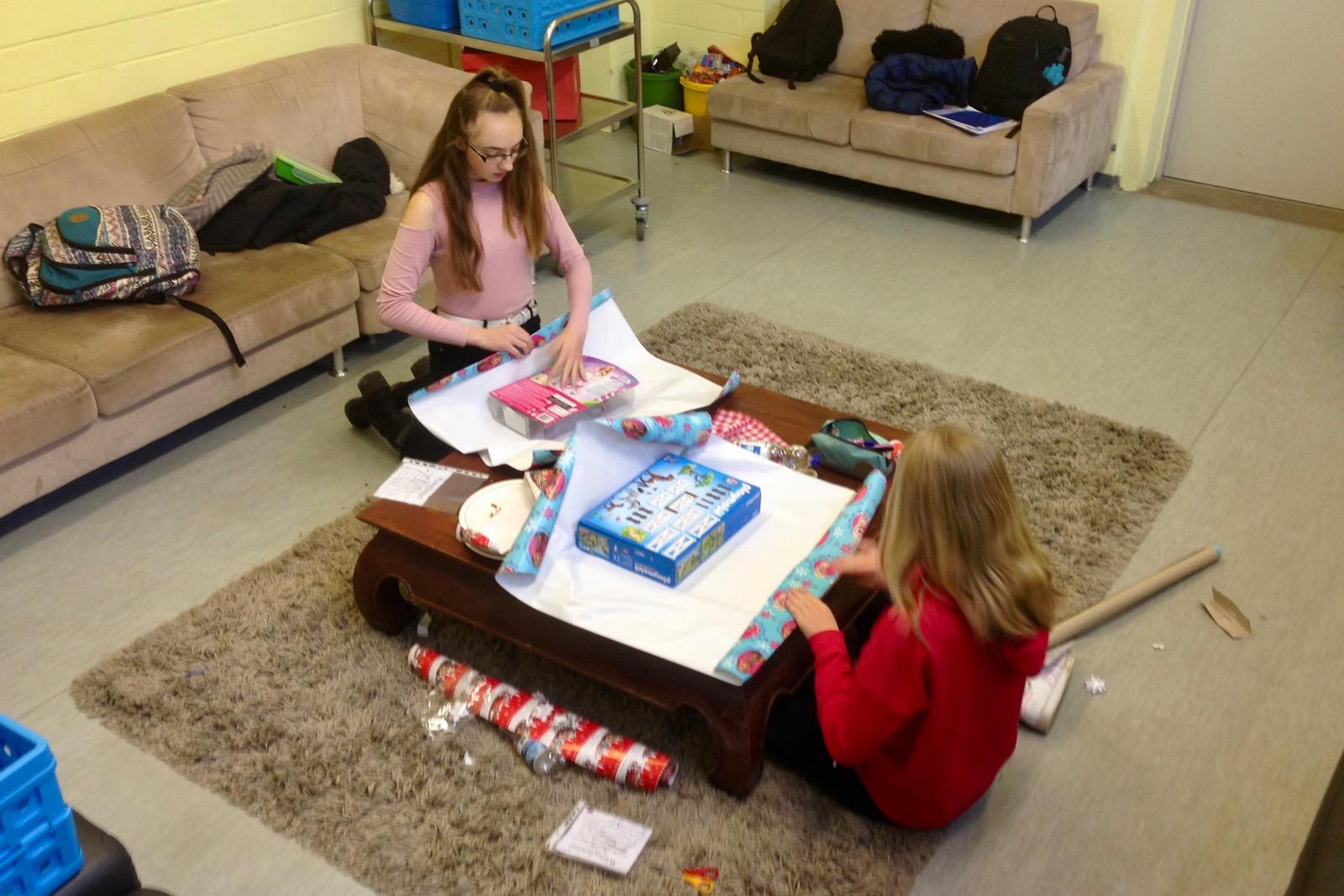 Die SV spendet Weihnachtsgeschenke für Kinder - Realschule Baesweiler